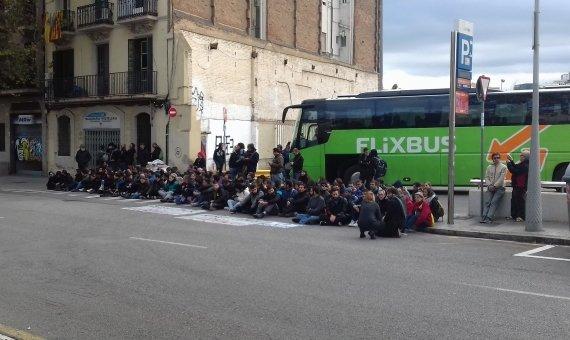Los CDR han bloqueado la salida de autobuses de la Estació de França / JORDI SUBIRANA