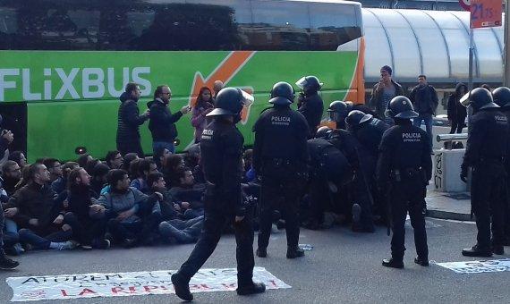 Los Mossos han actuado para permitir que los autobuses puedan salir de la Estació de França / JORDI SUBIRANA