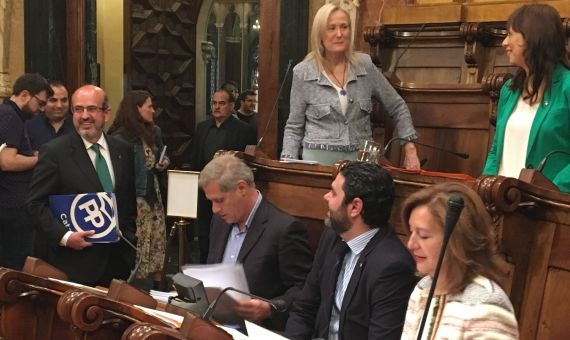 Concejales de los grupos municipales de Ciutadans y el PP departiendo antes del inicio de la sesión plenaria / X. A.