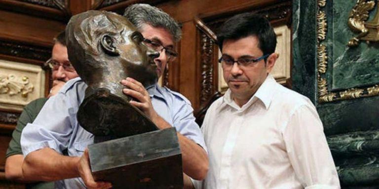 El exteniente de alcaldía, Gerardo Pisarello, cuando se retiró el busto del Rey emérito Juan Carlos I a inicios del mandato pasado / EFE