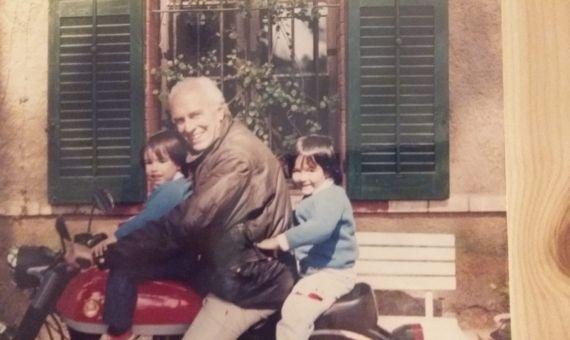 Leopoldo Milà i Sagnier subido a una Montesa Impala junto a sus nietas Hanna e Inés / CEDIDA FAMILIA MILÀ